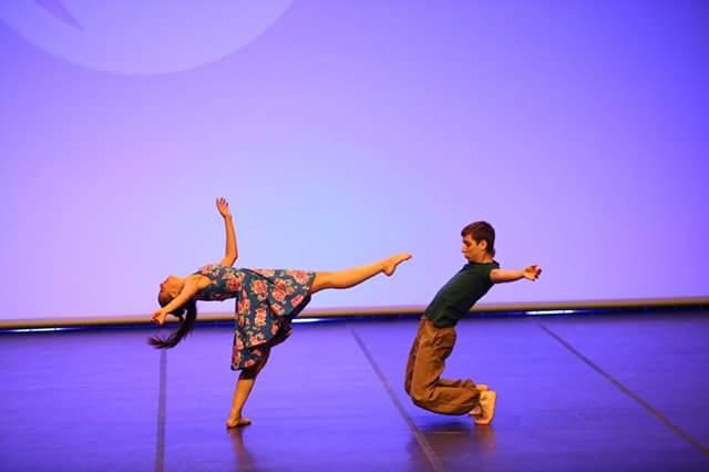 Fotografia d'una actuació amb Txell Gil i Héctor Tarro